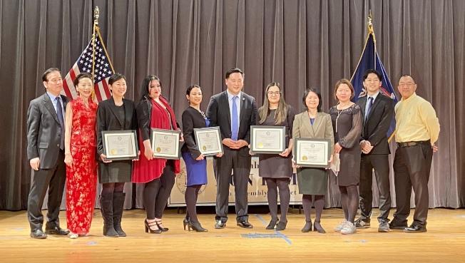 金兌錫(左六)向曾陽(右四)、朱雅婷(左三)等八名女性頒發「默默無聞女英雄獎」。(記者朱蕾/攝影)