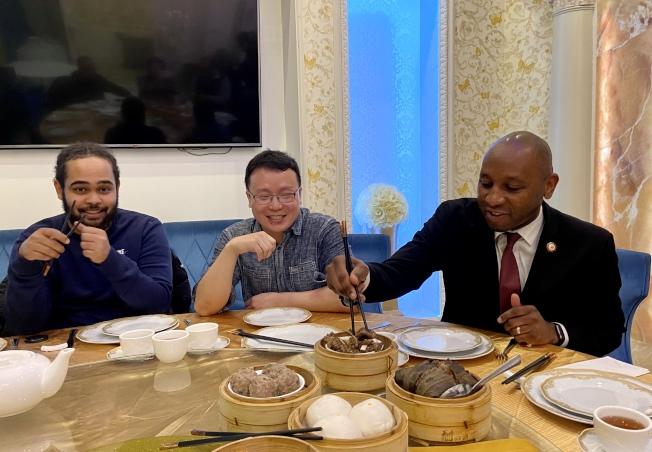 理查茲(右)在法拉盛表示,他喜歡吃中餐。(記者朱蕾/攝影)