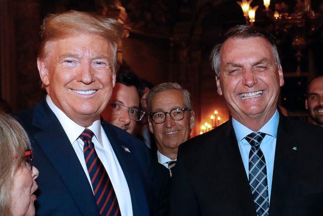 川普總統(左)上周在佛州海湖莊園接待來訪的巴西總統波索納洛,川普身後即為巴西總統發言人沃恩加登(左二)。(Getty Images)