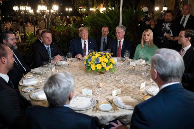 川普總統(中)上周在佛州海湖莊園接待來訪的巴西總統波索納洛,川普旁邊即為巴西總統波索納洛(左二)。(Getty Images)