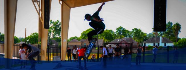 市立公園裡的「滑輪園區」聚集年輕人。(市府臉書)