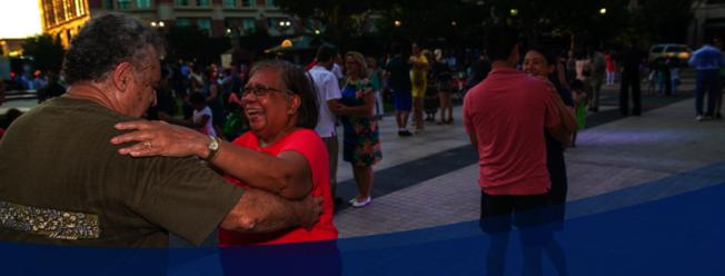 公園裡夫妻和父女共舞。(市府臉書)