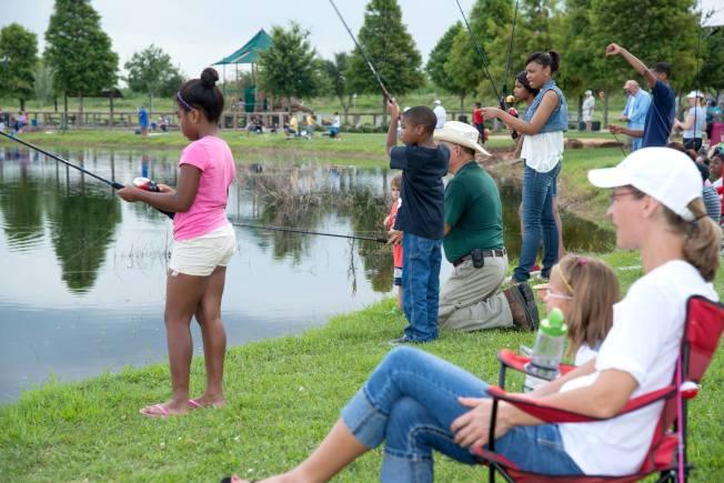 公園湖泊中有許多魚類供垂釣。(市府臉書)