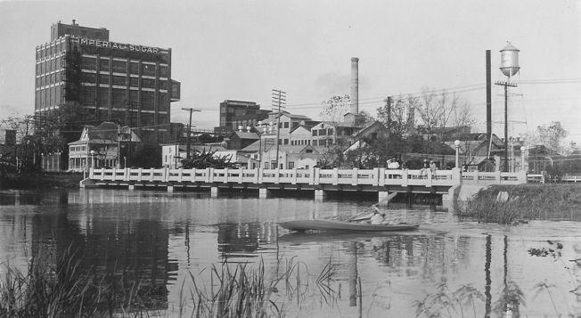 1908年帝國糖廠(Imperial Sugar Company)把當地的農地併購整合,全都轉換成甘蔗田。(市府網頁)