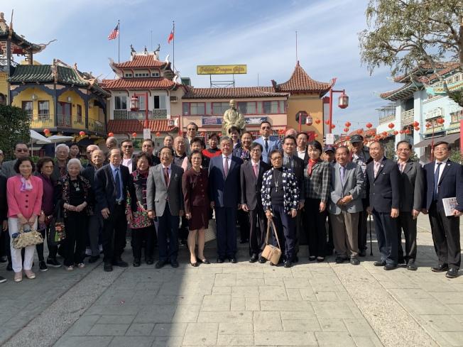 中華民國僑務委員會副委員長呂元榮(前排左八)前往華埠向國父銅像獻花。(記者高梓原╱攝影)