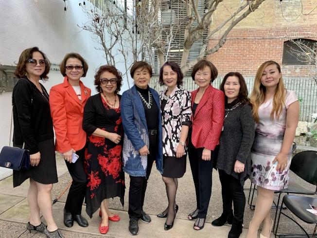 聖地牙哥中華藝術文化學會日前由邵蕾蕾(右四)接任會長。圖為她與理事團隊合影。(記者陳良玨╱攝影)