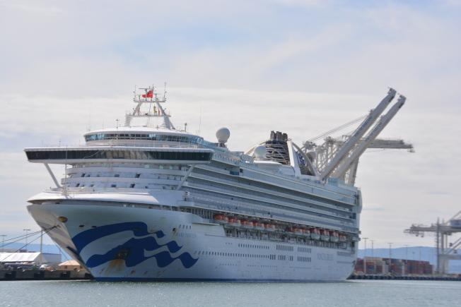 34(備用)--「至尊公主號」在屋崙港的停放時間,將延長到周日。(記者劉先進/攝影)