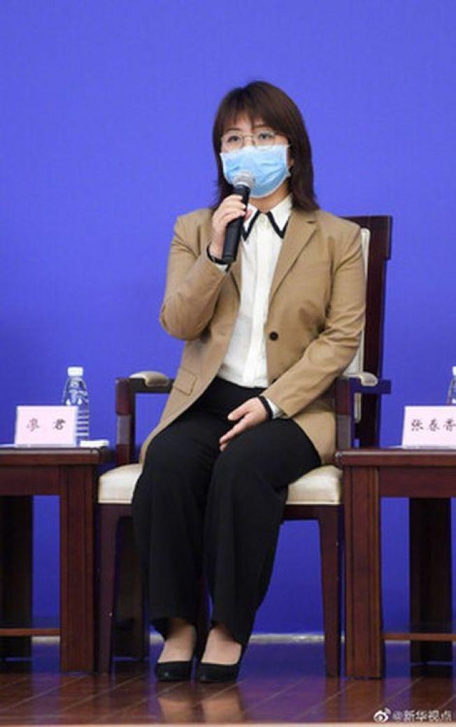 新華社記者廖君曾報導新冠肺炎「未發現明顯人傳人」的,近日獲讚揚「逆行而上的女記者」。(取材自微博)