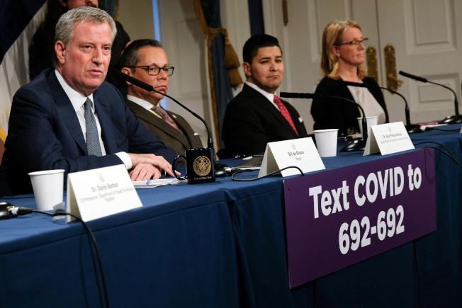 白思豪(左一)宣布紐約市公校不停課。(市長辦公室提供)