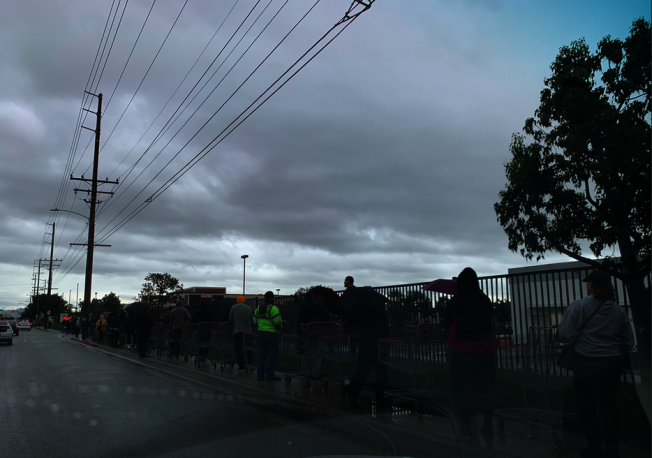 13日上午等候進入阿蘇薩市好市多的隊伍排到了大街上。(記者張越/攝影)