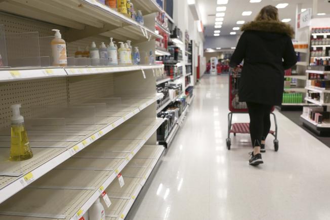 新冠疫情爆發後,絕大多數個人清潔物品被搶購一空;但也有蒐購這些產品者堆了大批存貨,沒有管道出售。(美聯社)