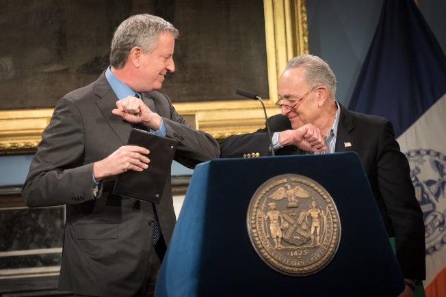 白思豪(左)和代表紐約的聯邦參議員舒默(右)14日舉行記者會,表示向聯邦申請更多抗疫資源。(市長辦公室提供)
