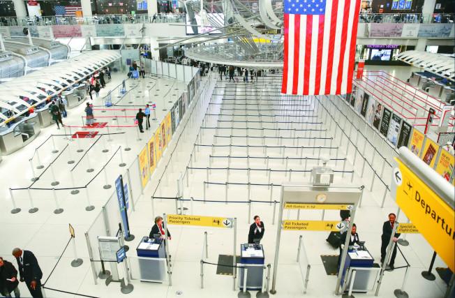 新冠肺炎重创全球航空旅游业,许多机场如今都像图中纽约JFK机场第一航厦般空荡冷清。 (美联社)