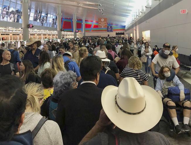 因為川普政府宣布新的防疫施,除公民與綠卡者外,嚴禁歐洲各國人民入境,造成美國各大機場入關秩大亂,大批人潮湧回美國。圖為一名公民在德州機場的海關電腦入關。(美聯社)