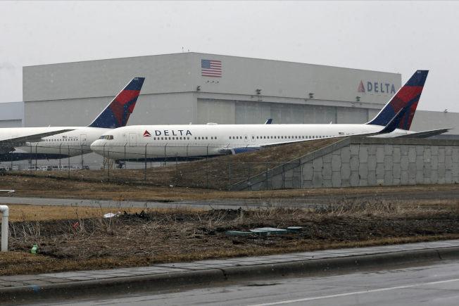 美國航空業者正在掙扎於是否選擇無法想像的終極決定:停止所有國內商業航班。(美聯社)