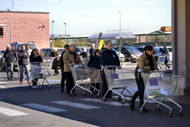 零售業者深知消費者很注意價格,經常會推出季節性促銷。(美聯社)
