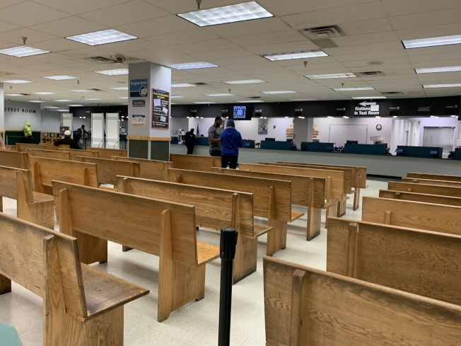 DMV籲民善用線上系統辦理業務,圖為早7時牙買加DMV的人流。(記者賴蕙榆/攝影)