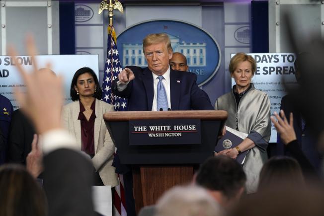 川普總統16日公布武漢肺炎因應指南,呼籲民眾不要出席10人以上聚會,對於疫情何時才能趨緩,他則認為可能要到7、8月。(美聯社)