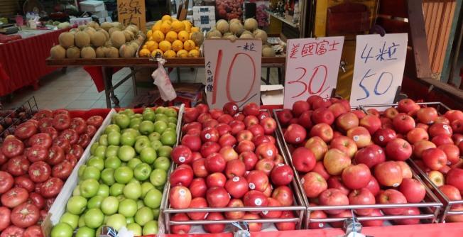 民眾追劇、打手遊,眼睛易生病變,南投基督教醫院營養師教民眾多吃芭樂、奇異果、柑橘類水果,吃出好眼力。(圖:南基醫院提供)
