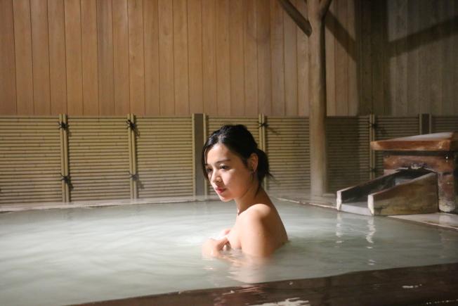 氣溫驟降時,很多人十分享受泡在三溫暖熱水裡的舒適感,但長時間浸泡熱水卻是一大禁忌。(本報資料照片)