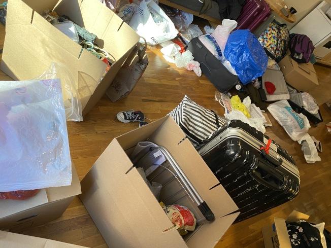 周雨及室友在收到郵件後慌忙收拾行李。(周雨提供)