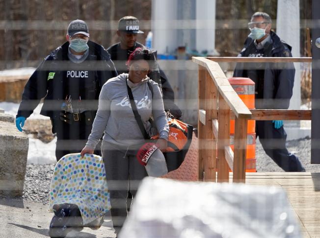 美國宣布暫時關閉與加拿大的邊界,防堵疫情傳播。移民局也宣布暫停移民執法與面談等業務。(歐新社)