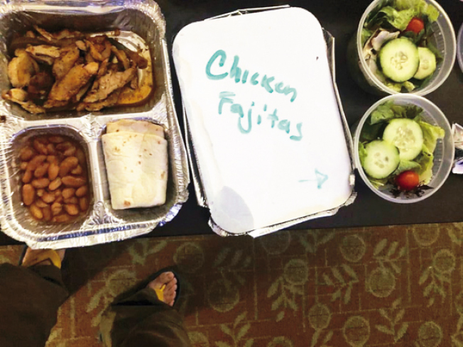 林氏夫婦說,隔離期間,一日三餐有菜有肉,營養搭配豐富。(林氏夫婦提供)