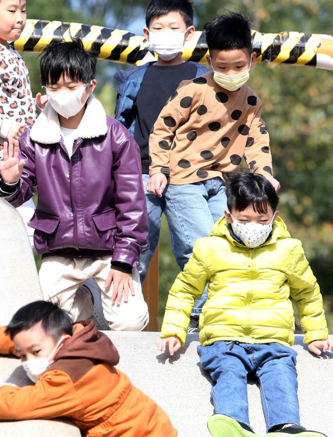 美國買不到兒童專用口罩,用可大人口罩改造後配戴。(本報檔案照)