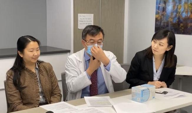 醫師建議配戴醫用口罩時將金屬條壓緊鼻樑。(記者牟蘭/攝影)