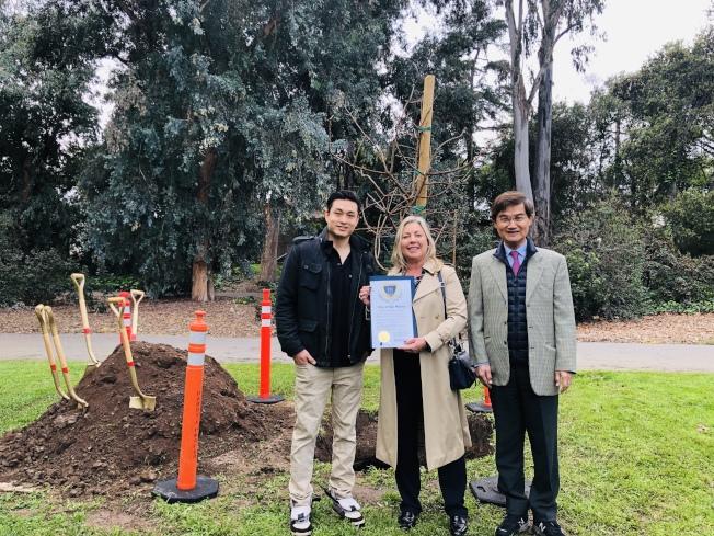 聖瑪利諾市華人協會日前在蕾西公園(Lacy Park)舉行年度植樹活動,鼓勵民眾保護環境,同時紀念國父孫中山先生。(聖瑪利諾市華人協會提供)
