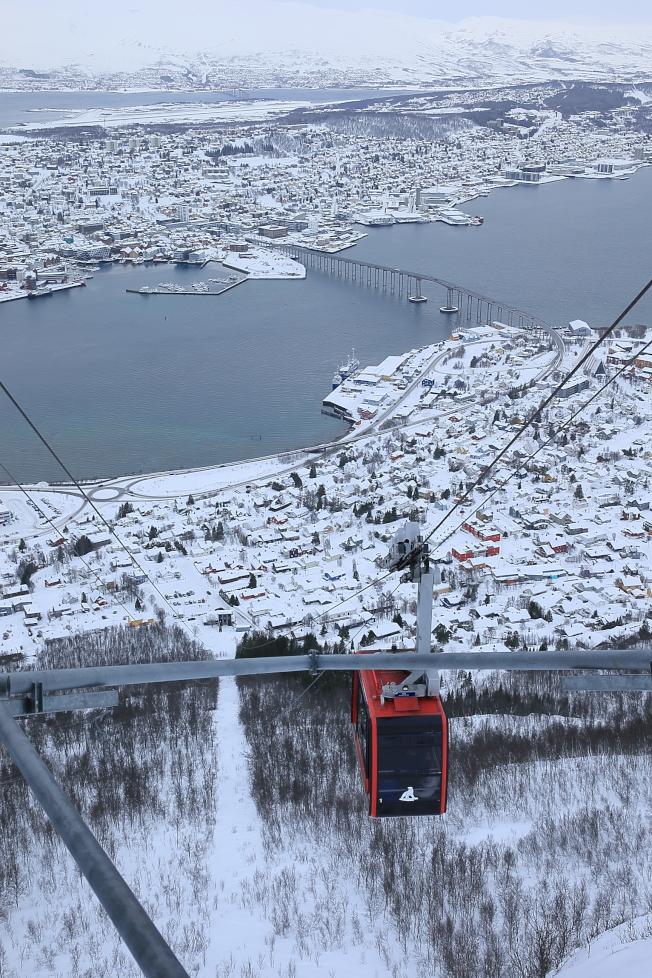 搭乘特羅姆瑟纜車上山,可感受到不同角度的市景。(記者陳睿中/攝影)