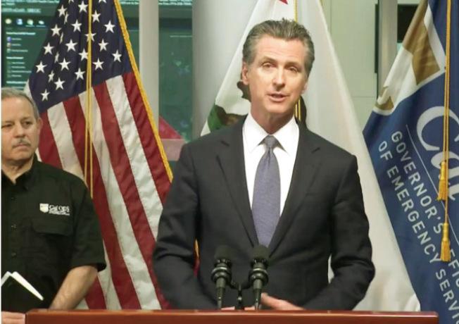 州長紐森晚間透過推特即時廣播宣布全加州實施「待在家中」。(記者李秀蘭╱攝影)