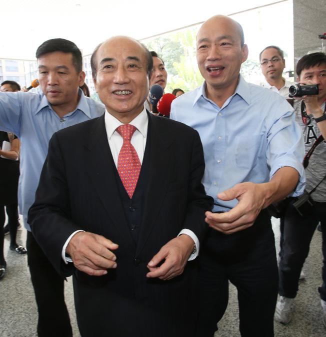 高雄市長韓國瑜(右)13日與立法院前院長王金平(前)火鍋宴,兩人關係能否融冰,受到關注。(本報資料照片)