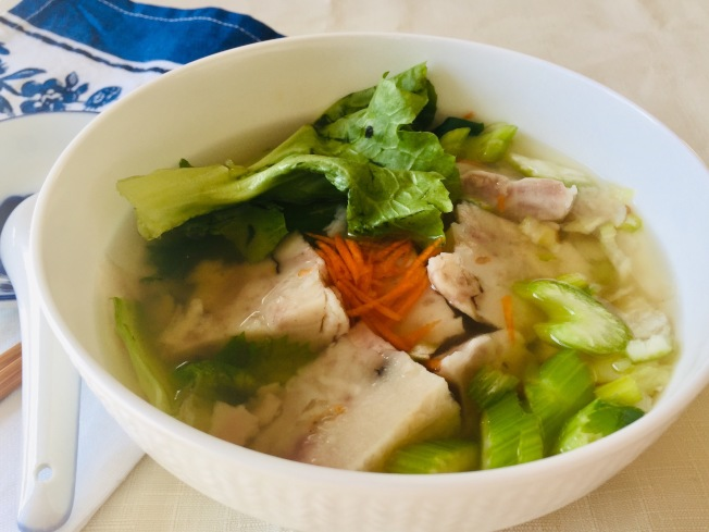 粿仔湯:芋頭糕切小塊,加入高湯、菜蔬、魚餅等,濃郁鮮美。
