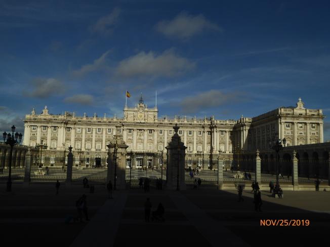 馬德里皇宮,位於餐館數百米之外的大道對面。(圖:作者提供)