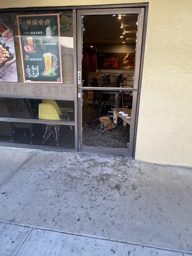 「芙蓉樹下」被砸碎的前門。(Christa提供)
