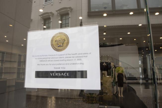 加州下達居家避疫令後,比佛利山的豪華用品商店在店門口貼上暫停營業標示。(歐新社)