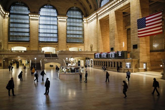 紐約州下達居家避疫令後,往日人頭攢動的曼哈頓大中央車站,旅客寥寥無幾。(美聯社)