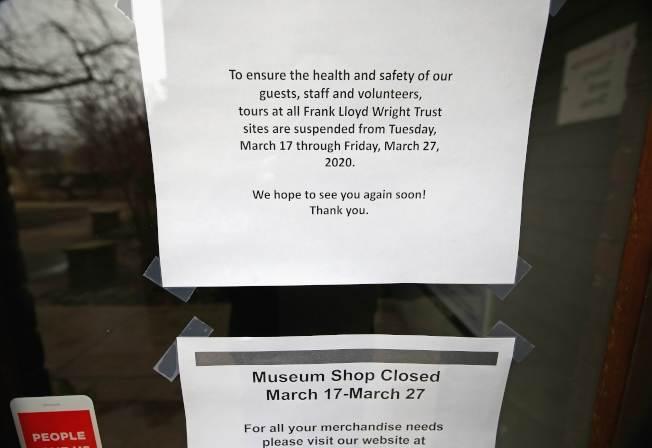 伊利諾州下達居家避疫令後,芝加哥郊區的橡園市商店貼出暫時關閉告示。(Getty Images)