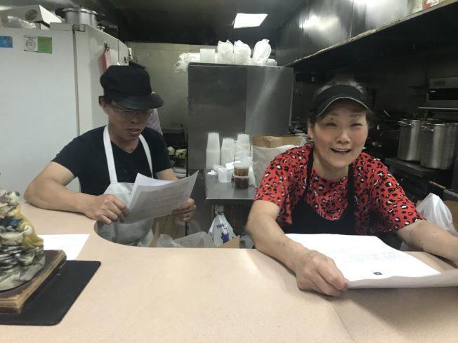世界日報支持華人餐飲業,推出公益餐飲自取外賣廣告,圖為華人餐飲業者。(本報檔案照)