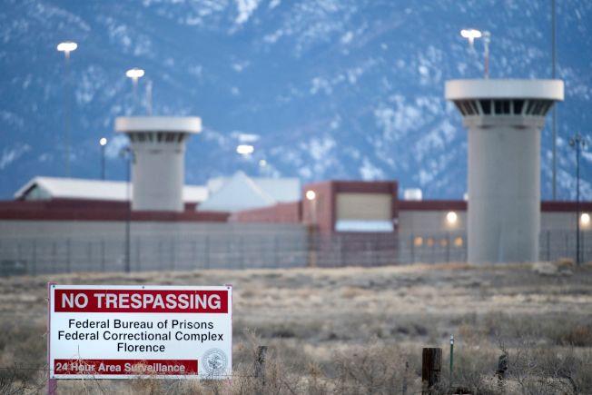 避免疫情擴大,美國監獄考慮釋放人犯。圖為全美戒備最嚴密科羅拉多州聯邦監獄。(Getty Images)