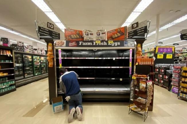 民眾紛紛湧入賣場採購「避疫戰備儲糧」,貨架被掃購一空。連鎖生鮮超市克羅格(Kroger)基於補貨人力需求激增,將增聘1萬人。路透