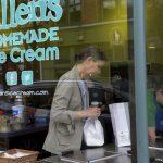 居家避疫需食物慰藉 巧克力、冰淇淋、香檳熱賣