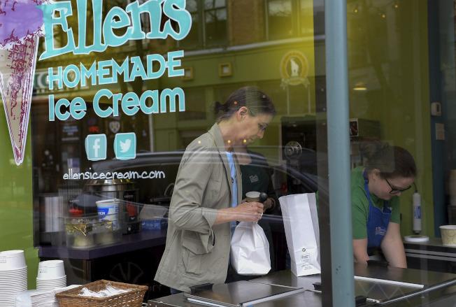 居家避疫期間,許多人會吃冰淇淋喝香檳來釋放壓力,圖為西維州居民購買大包小包冰淇淋。(美聯社)