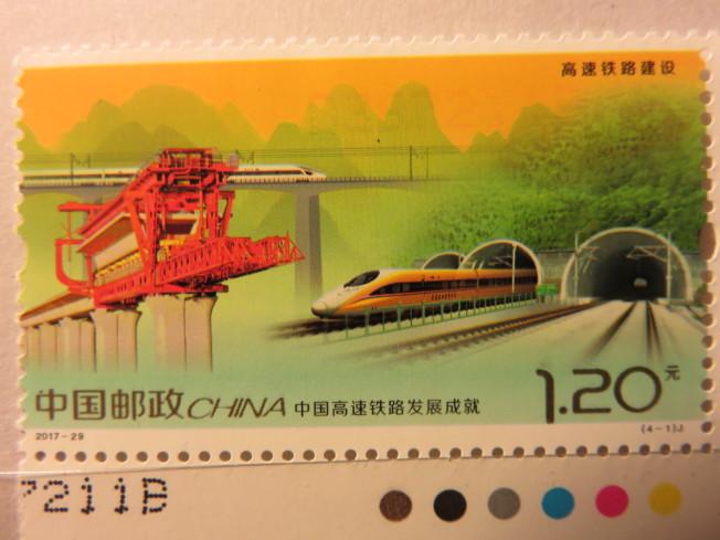 中國自行研發製造的紅色流動性架橋機。(圖:作者提供)