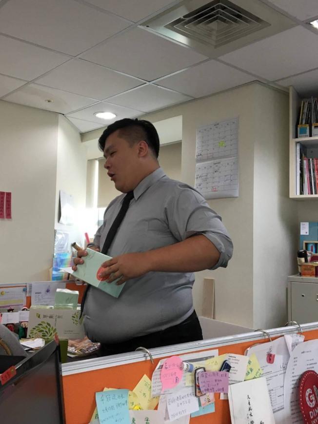 在台中飯店擔任公關的吳小翰,因為食量大,面對美食來者不拒,體重直線上升,身高178公分,體重卻曾高達132公斤。(圖:吳小翰提供)