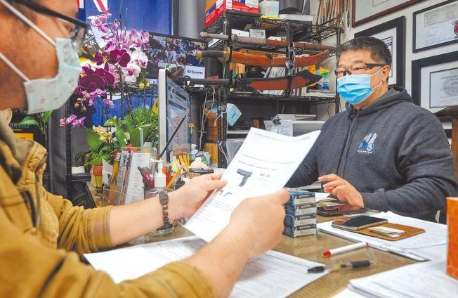 槍店老闆劉大衛(右)明顯感受到,隨著美國的新冠病毒肺炎疫情愈來愈嚴重,他的生意也愈來愈好。(美聯社)