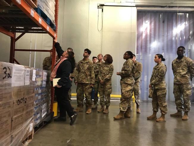紐森動員加州的國民兵,讓他們協助分派食物。(Getty Images)