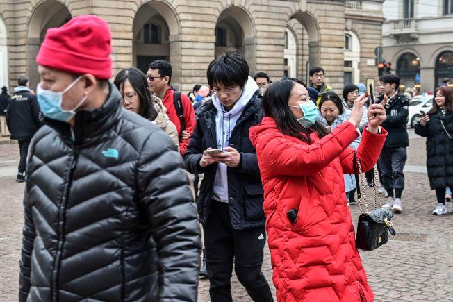 2月初米蘭街頭還可見戴口罩的亞洲遊客。(Getty Images)