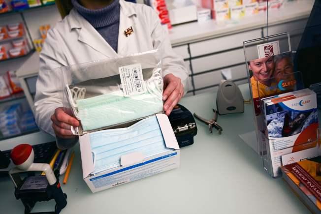 1月底時米蘭還沒有多少人戴口罩,藥房存貨充足。(Getty Images)